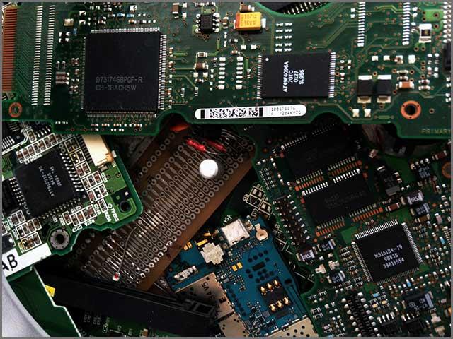 PCB上的电脑芯片.jpg