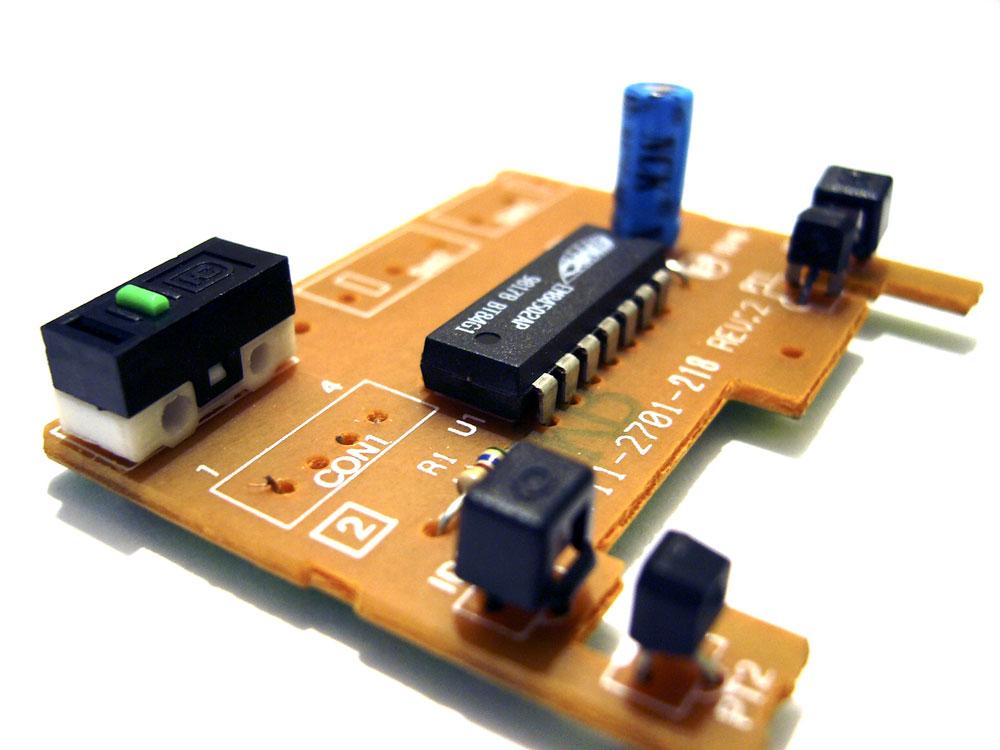 带有 IC、电容器、光耦合器和其他半导体的小型 PCB 组件