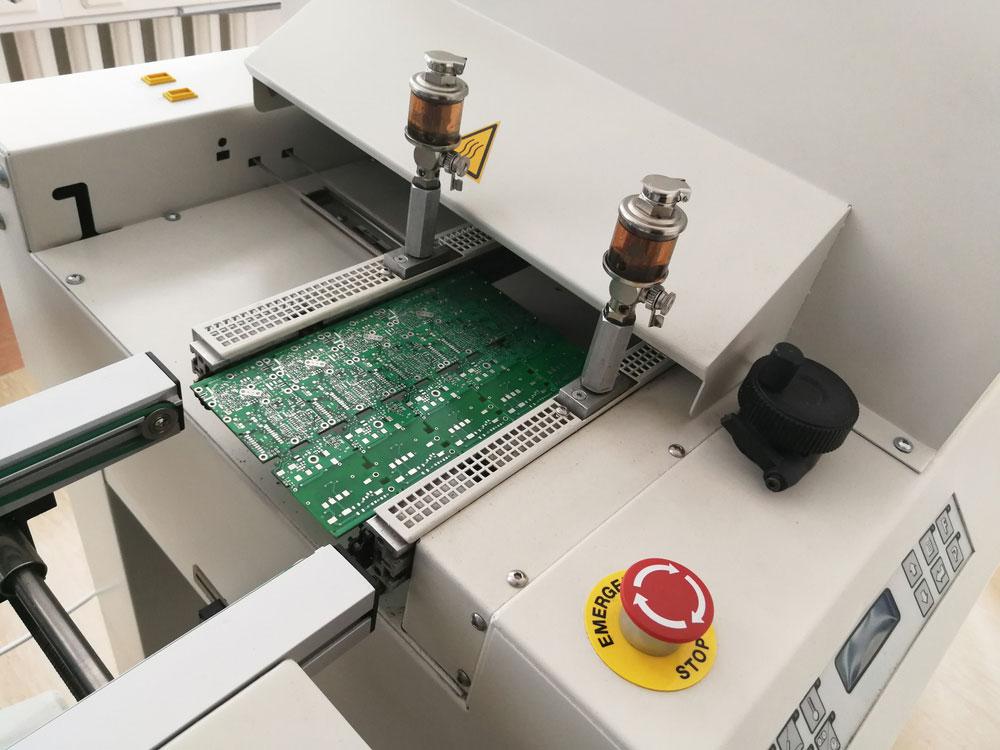 完整组装后的印刷电路板移至回流炉机器