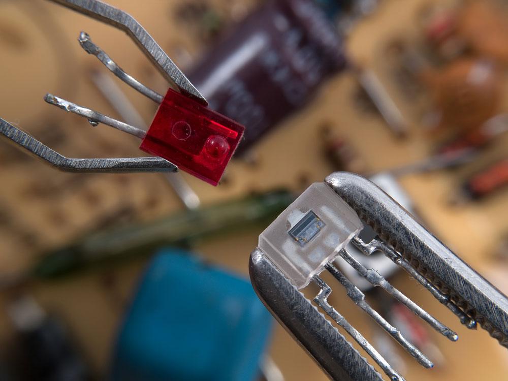 红色 LED 和光耦合器