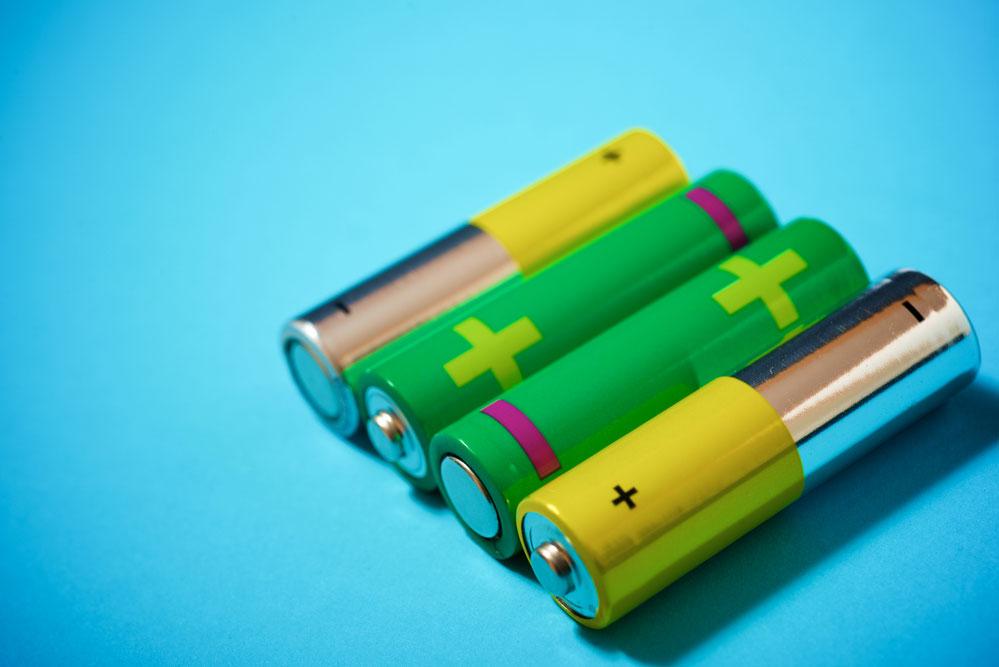 电池排列在桌子上