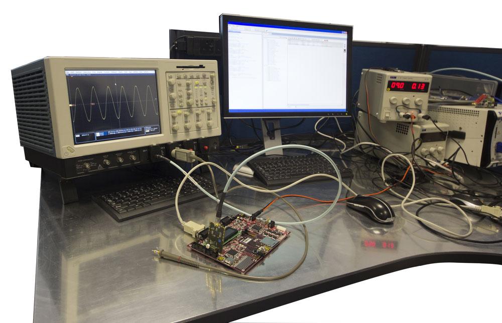 带示波器的电子工程工作台